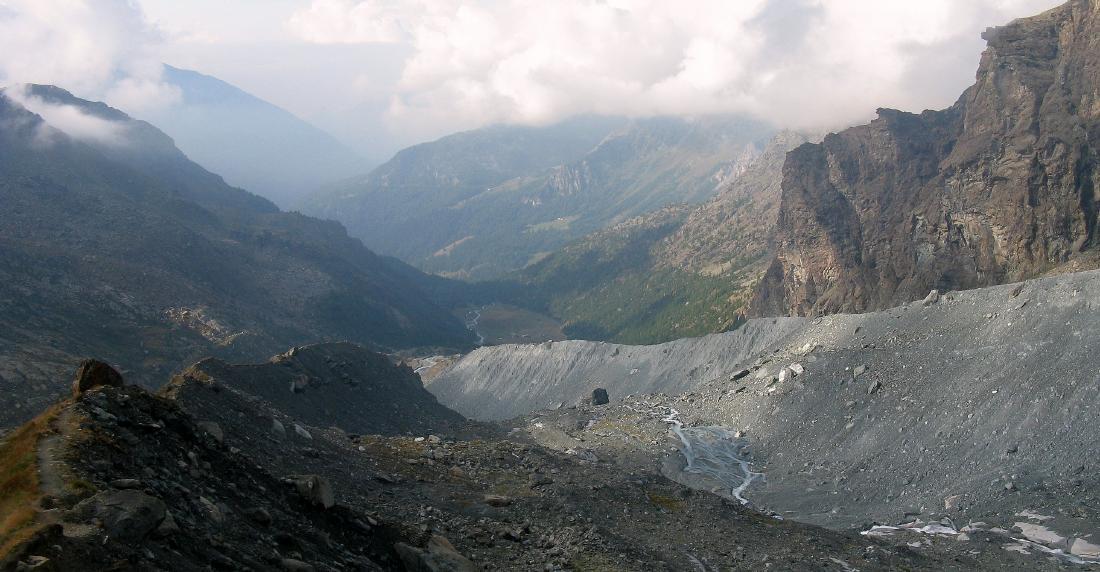 In cima alla morena, distati a valle i piani Inferiori della Verra
